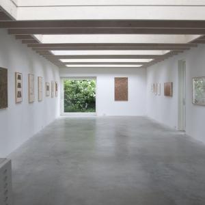 Beeld van de expositie met werk van Milah van Zuilen (links ), en herman de vries (rechts)